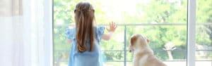 petite fille avec son chien derriere fenetres sur mesure Millet