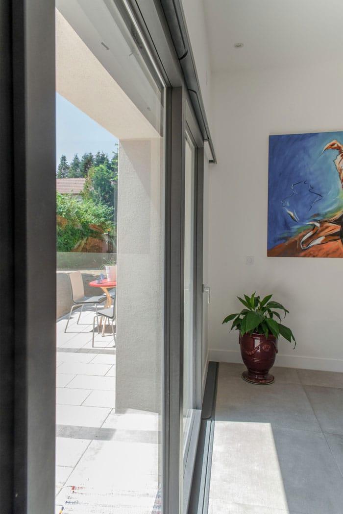 vue intérieur d'une baie vitrée double coulissant mural